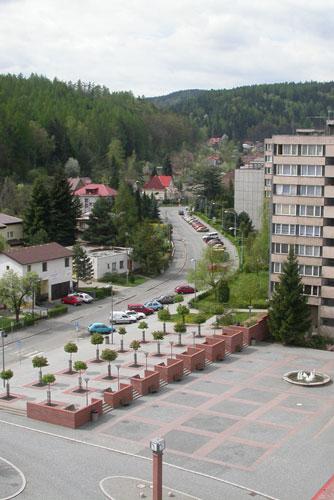 1998: Nové náměstí Voskovce a Wericha v Sázavě